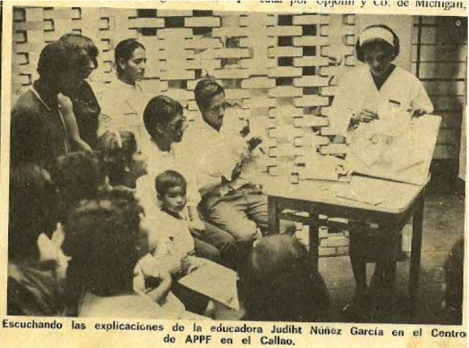 Family educator presenting birth control options to clients at a clinic of the Peruvian Association for Family Protection, 1971. Source: 'La Planificación Familiar,' in Patricia: Para la Mujer Moderna (March 1971): 21-25. Photo in the archival collection of Raul Necochea.